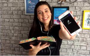 Brenda grava os vídeos sobre a Bíblia em casa, com o próprio smartphone.  Foto: Olinda Matos